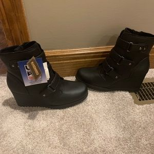 NWT Khombu wedge booties!